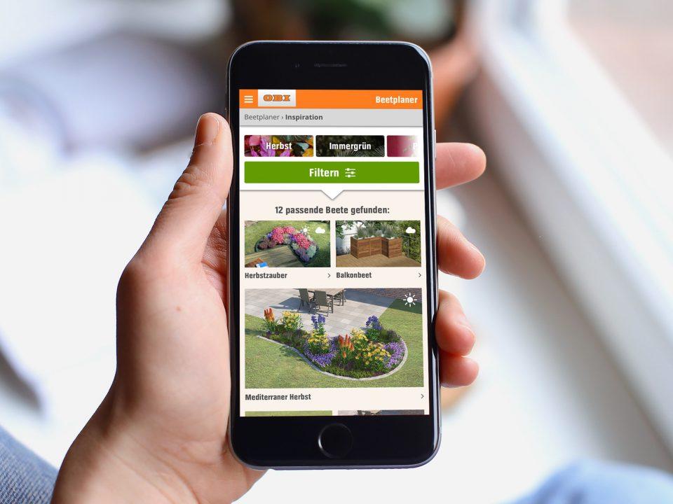 Smartphone mit der Webseite des OBI Beetplaners